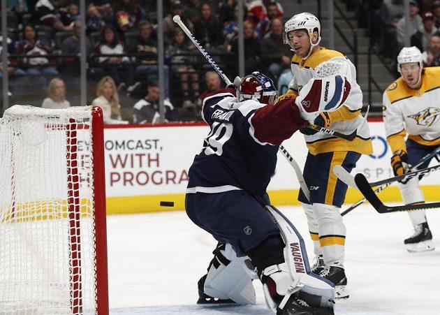 Útočník Nashvillu Predators Matt Duchene překonává v NHL českého gólmana Pavla Francouze.