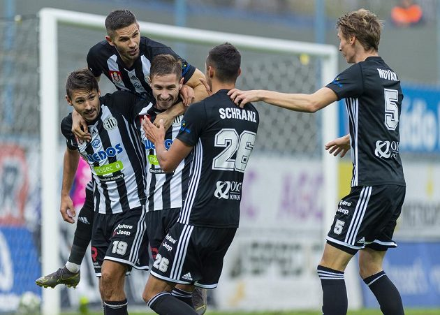 Hráči Českých Budějovic se radují z gólu.