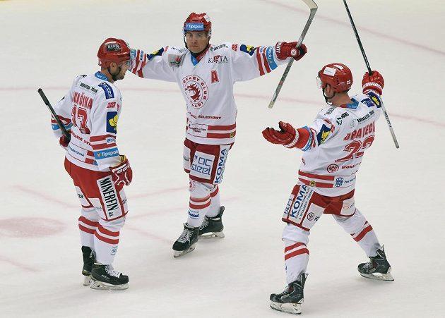 (Zleva) Vladimír Svačina, Jiří Polanský a Vladimír Dravecký z Třince se radují z druhého gólu v duelu s Mladou Boleslaví.