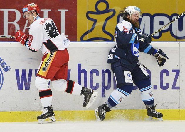 Zleva Michal Dragoun z Hradce a Ryan Hollweg z Plzně.