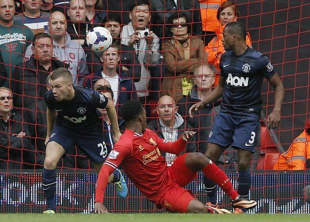Daniel Sturridge z Liverpoolu (v červeném) otevírá skóre proti Manchesteru United.