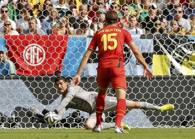 Belgický brankář Thibault Courtois zasahuje v utkání proti Rusku.