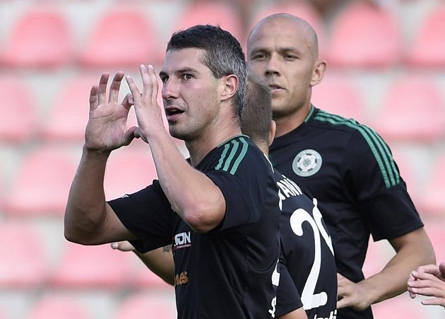 Autor prvního gólu Příbrami proti Jablonci Tomáš Pilík se raduje. Vzadu vpravo je jeho spoluhráč Roman Bednář.