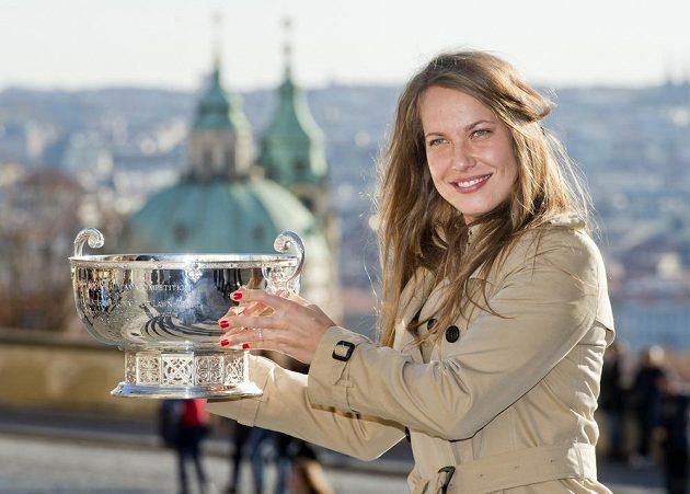 Barbora Strýcová zapózovala s pohárem pro vítězky Fed Cupu.