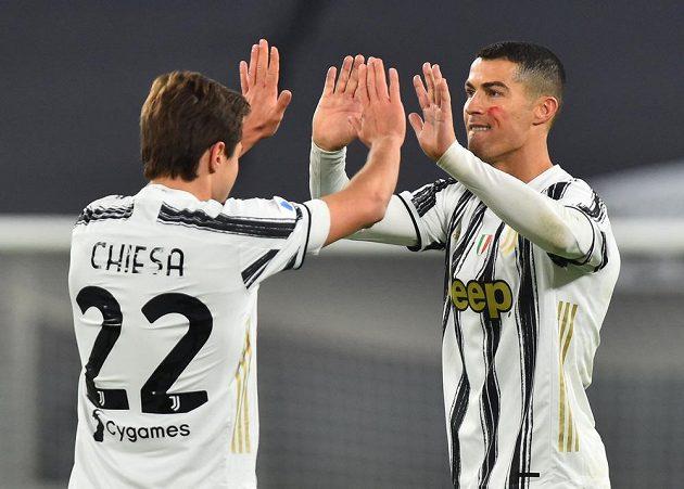 Dvěma brankami zařídil Cristiano Ronaldo (vpravo) v italské fotbalové lize výhru Juventusu 2:0 nad Cagliari. Portugalský útočník je v čele tabulky střelců.