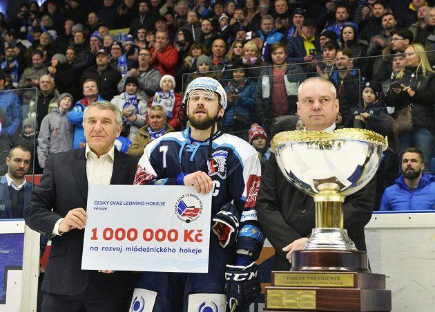 Petr Kadlec z Plzně s Prezidentským pohárem.