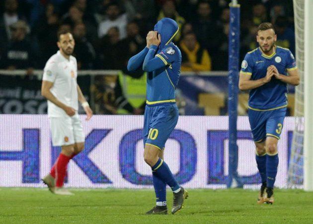 Kosovský fotbalista Arber Zeneli reaguje během utkání s Bulharskem.