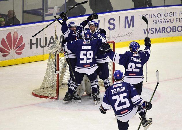 Hráči Kladna se radují z vítězství v semifinále play off první hokejové ligy, kdy hráli proti Jihlavě.