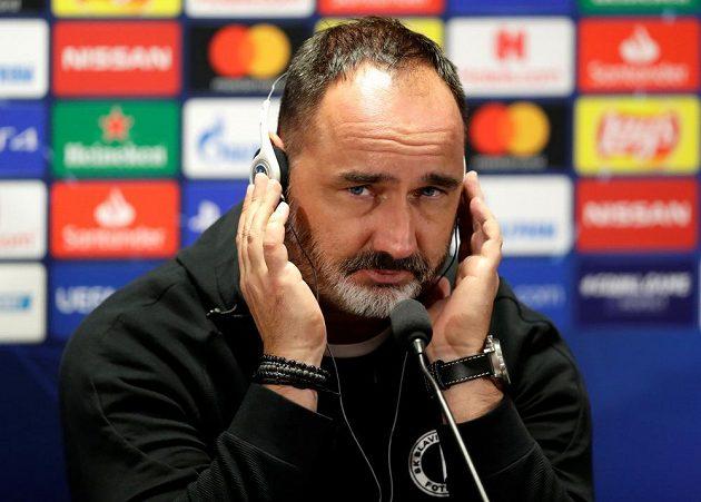 Kouč Slavie Jindřich Trpiškopvský odpovídá novinářům před utkáním s Barcelonou.