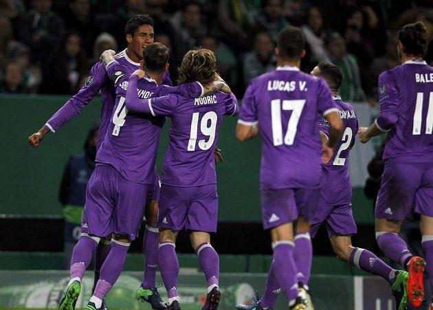 Střelec Raphael Varane (vlevo) se raduje se spoluhráči z gólu na hřišti Sportingu Lisabon.