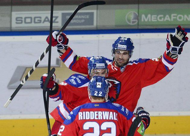Ryan O'Byrne (vpravo) ze Lva se raduje se spoluhráči z prvního gólu proti Jekatěrinburgu.