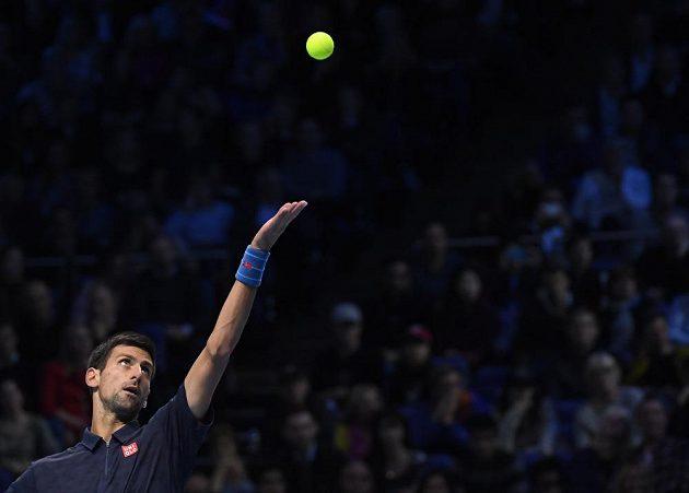 Srb Novak Djokovič servíruje ve finále Turnaje mistrů proti Andymu Murraymu.