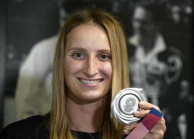 Tenistka Markéta Vondroušová ukazuje svou stříbrnou medaili 2. srpna 2021 v Praze po příletu z olympijských her v Tokiu.