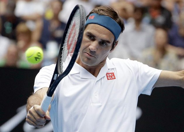 Švýcarský tenista Roger Federer v akci během Australian Open.