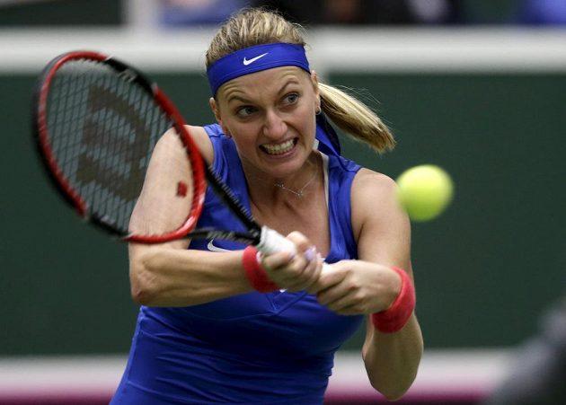 Petra Kvitová během utkání s Francouzkou Mladenovicovou v semifinále Fed Cupu.