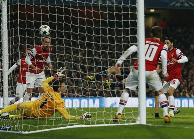 Situace krátce před druhým gólem Bayernu. Hráči Arsenalu už jen přihlížejí, jak Thomas Müller posílá míč do sítě.
