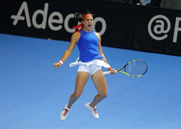 Francouzka Caroline Garciaová oslavuje výhru nad Karolínou Plíškovou ve finále Fed Cupu.