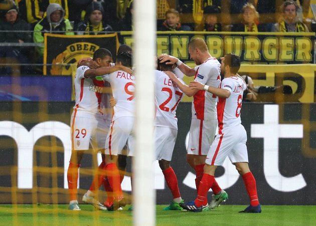 Kylian Mbappé (vlevo) se raduje se spoluhráči z Monaka po vedoucí brance proti Dortmundu.