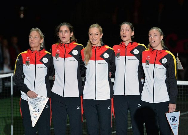 Německý tým, (zleva) kapitánka Barbara Rittnerová se svými svěřenkyněmi Julií Görgesovou, Sabine Lisickou, Andreou Petkovicovou a Angelique Kerberovou.