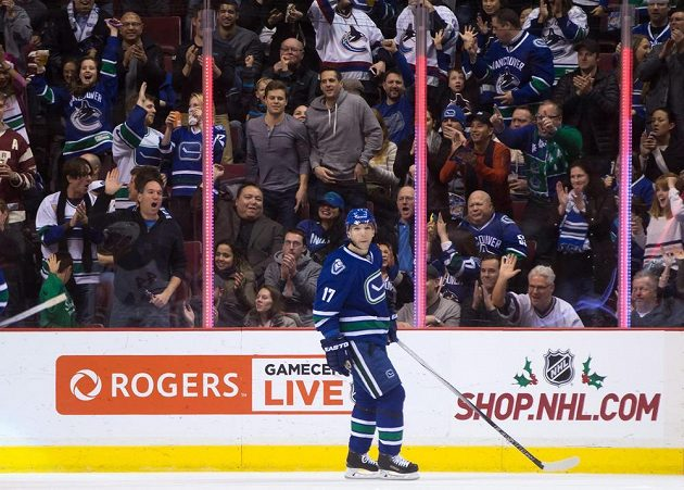 Český útočník Radim Vrbata sklízí aplaus od fanoušků Vancouveru během utkání NHL proti Buffalu.