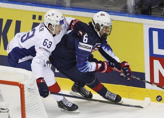 Francouz Alexandre Texier (vlevo) se snaží ubránit Američana Jacka Hughese.