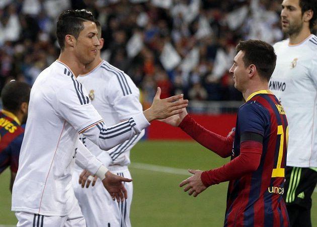 Dva králové fotbalu si podávají ruce - Cristiano Ronaldo z Realu Madrid a Lionel Messi z Barcelony.