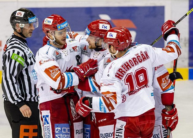 Hráči Třince se radují z gólu. Zleva Miloš Roman, Marian Adámek a Patrik Hrehorčák.