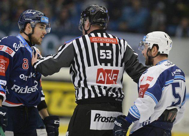 Vojtěch Tomi z Vítkovic a Lukáš Půlpán z Plzně se důrazně dohadují během zápasu předkola play off hokejové extraligy. Musel je krotit sudí.