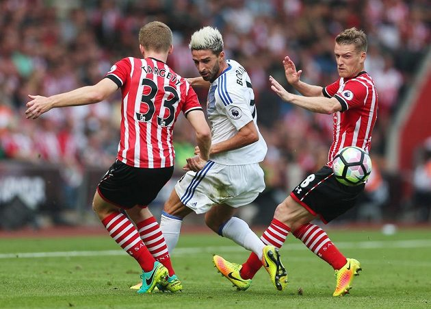 Sunderlandský Fabio Borini mezi hráči Southamptonu Mattem Targettem a Stevenem Davisem.