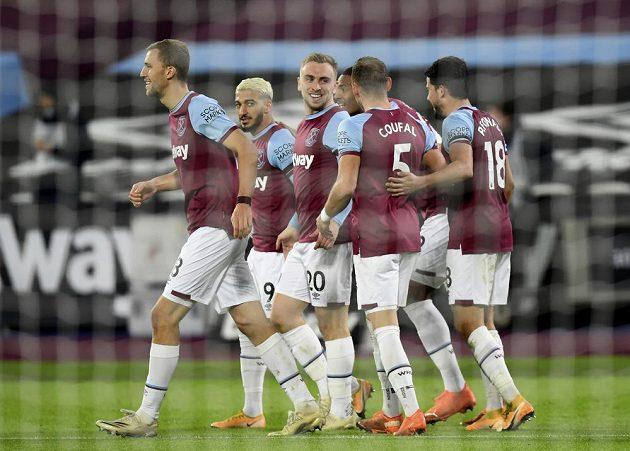 Tomáš Souček (vlevo) z West Hamu se raduje se spoluhráči z gólu Jarroda Bowena proti Aston Ville.