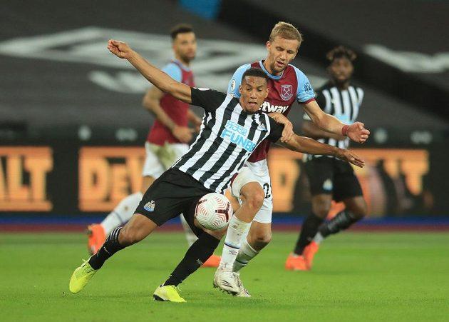 Důrazný český záložník Tomáš Souček v dresu West Hamu v utkání Premier League s Newcastlem.
