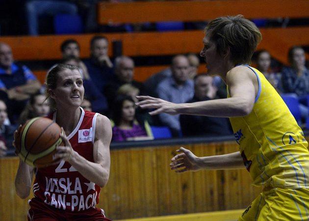 Alexandria Quigleyová z Krakova (vlevo) a Jana Veselá z USK Praha během zápasu Evropské ligy.