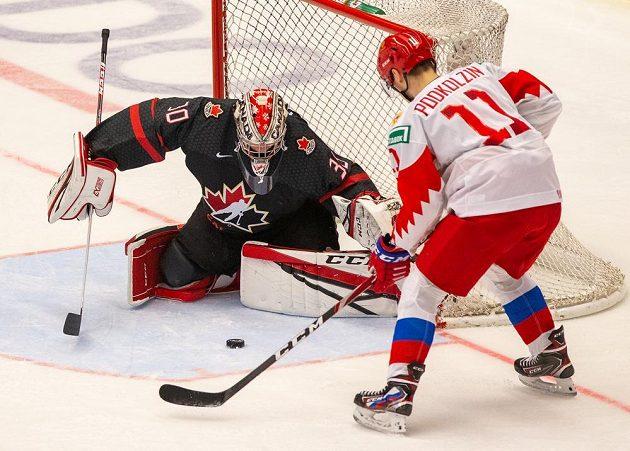 Brankář Joel Hofer z Kanady zasahuje před Vasilijem Podkolzinem z Ruska.