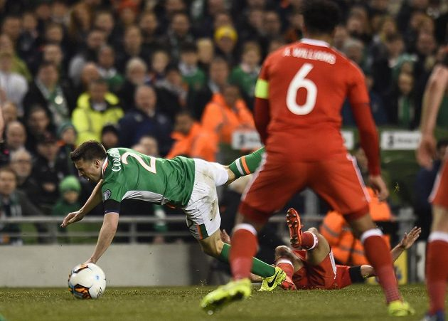 Seamus Coleman z Irska je faulován Neilem Taylorem.