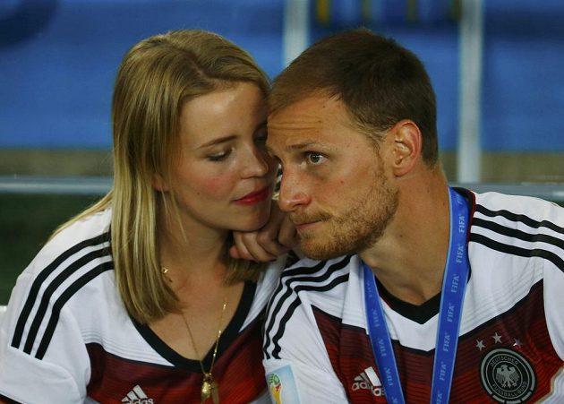 Německý obránce Benedikt Höwedes oslavuje titul se svou přítelkyní Lise Wesselerovou.