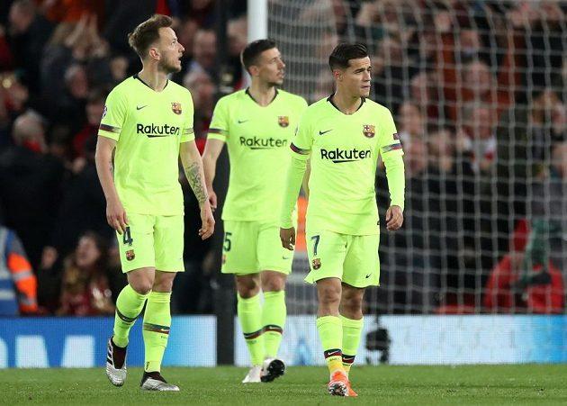 Zaražení hráči Barcelony po třetím inkasovaném gólu. Zleva Ivan Rakitič, Clement Lenglet a Philippe Coutinho.