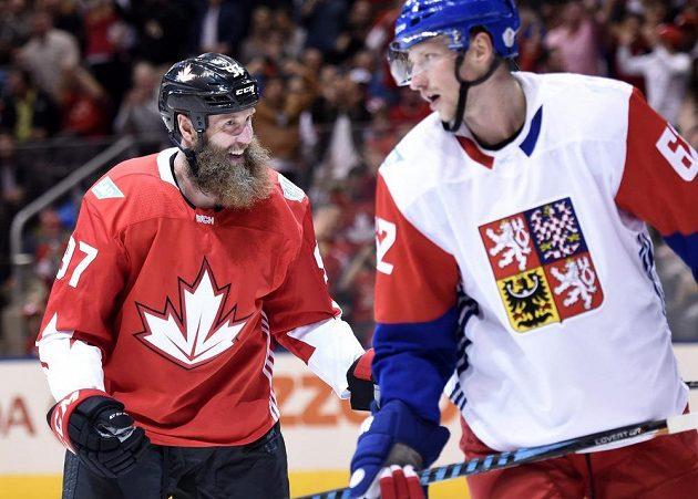 Vousatý a nebezpečný, to je kanadský útočník Joe Thornton, před ním Andrej Šustr při utkání Světového poháru.
