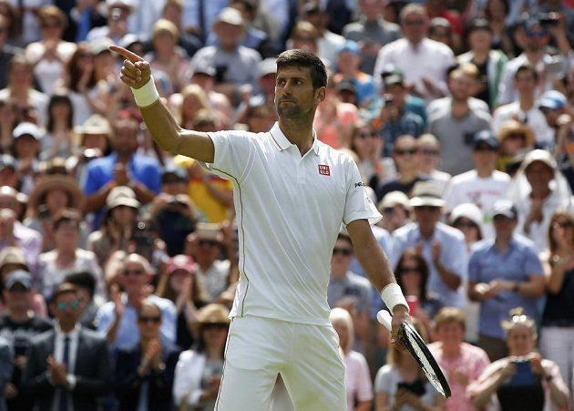 Srbský tenista Novak Djokovič slaví postup do druhého kola Wimbledonu.