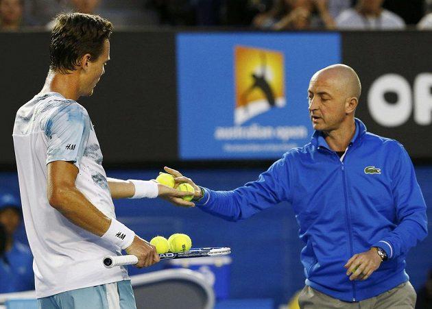 Český tenista Tomáš Berdych dostává v semifinále Australian Open od rozhodčího nové míče.
