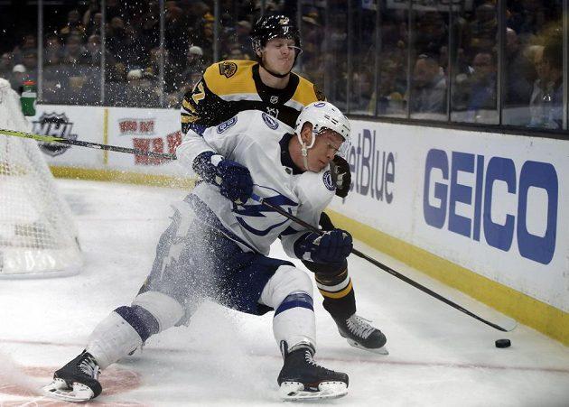 Útočník Tampy Bay Ondřej Palát čelí ataku bostonského obránce Toreyho Kruga (47) v utkání NHL.
