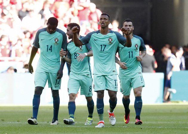Portugalci se radují z gólové střely Naniho (17).