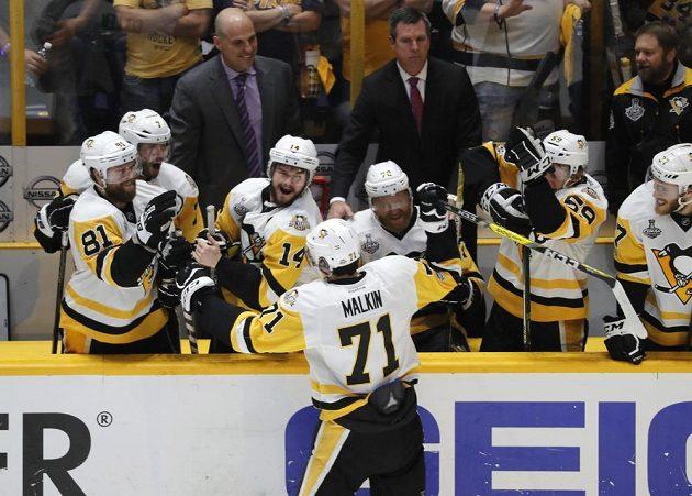 Radost hokejistů Pittsburghu Penguins po vítězství 2:0 na ledě Nashvillu. Tučňáci obhájili Stanley Cup.