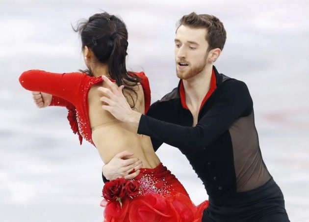 Korejští tanečníci Min Ju-ra a Alexander Gamelin při krátkém programu týmové soutěže. I partner vnímá problém.