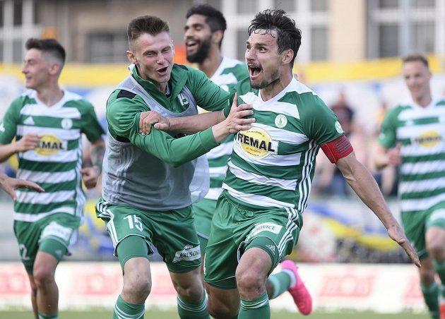 Josef Jindřišek (vpravo) se raduje ze svého vyrovnávacího gólu, kterým si Bohemians zajistili remízu a vyhnuli se baráži o první ligu.