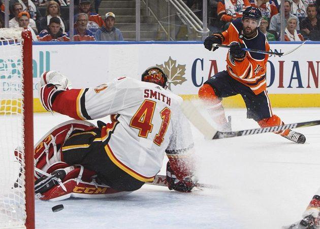 Gólman Calgary Flames Mike Smith má puk za svými zády po ráně Patricka Maroona z Edmontonu