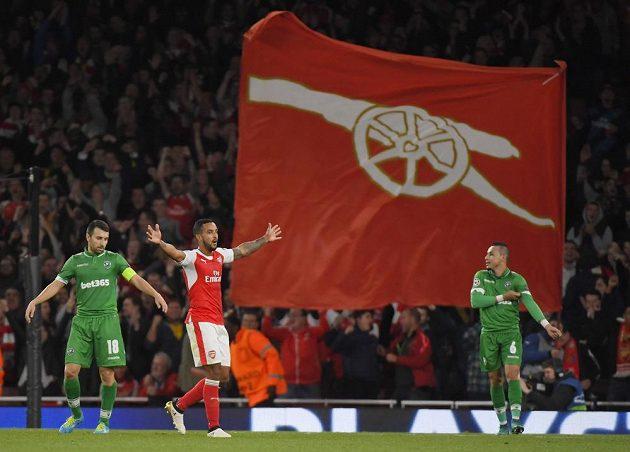 Útočník Arsenalu Theo Walcott se raduje z gólu proti Razgradu.