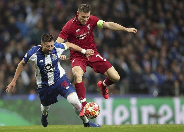Záložník Porta Hector Herrera (vlevo) v souboji s liverpoolským Jamesem Milnerem v odvetě čtvrtfinále Ligy mistrů