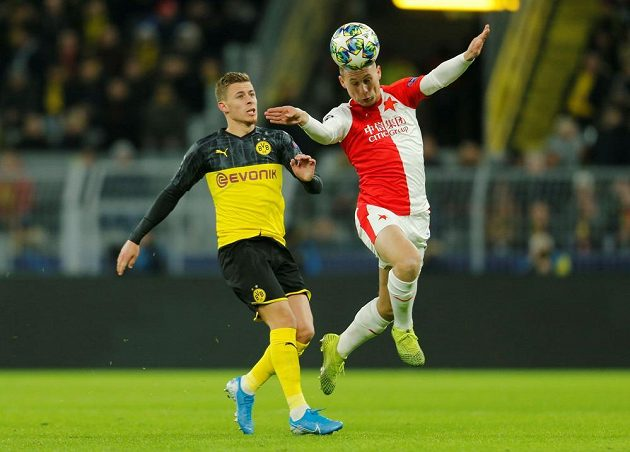 Slávista Jan Bořil (vpravo) v souboji s Thorganem Hazardem z Dortmundu.