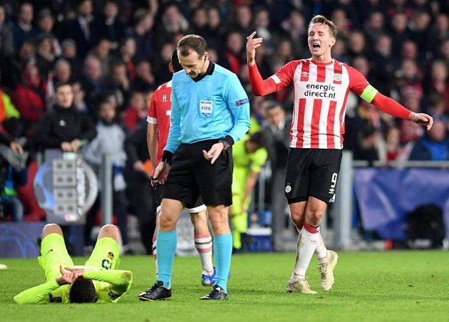 Fotbalista PSV Eindhoven Luuk de Jong gestikuluje směrem k rozhodčímu Pavlu Královcovi v duelu Ligy mistrů s Barcelonou.