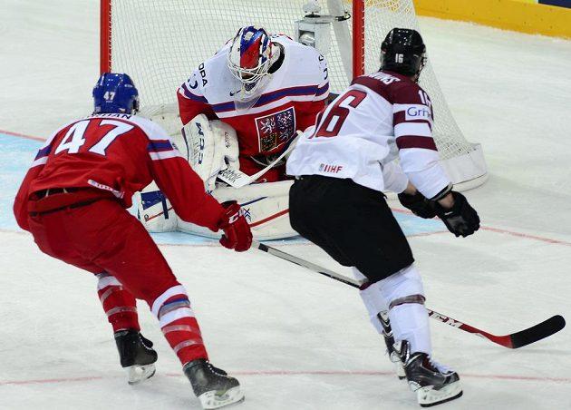 Kaspars Daugavinš z Lotyšska překonává bekhendem Alexandra Saláka, vlevo je Michal Jordán.